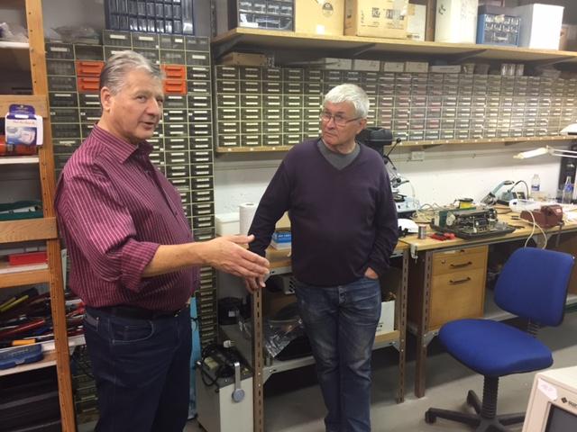 Poul Badura og Peter Heinrich in conversation.
