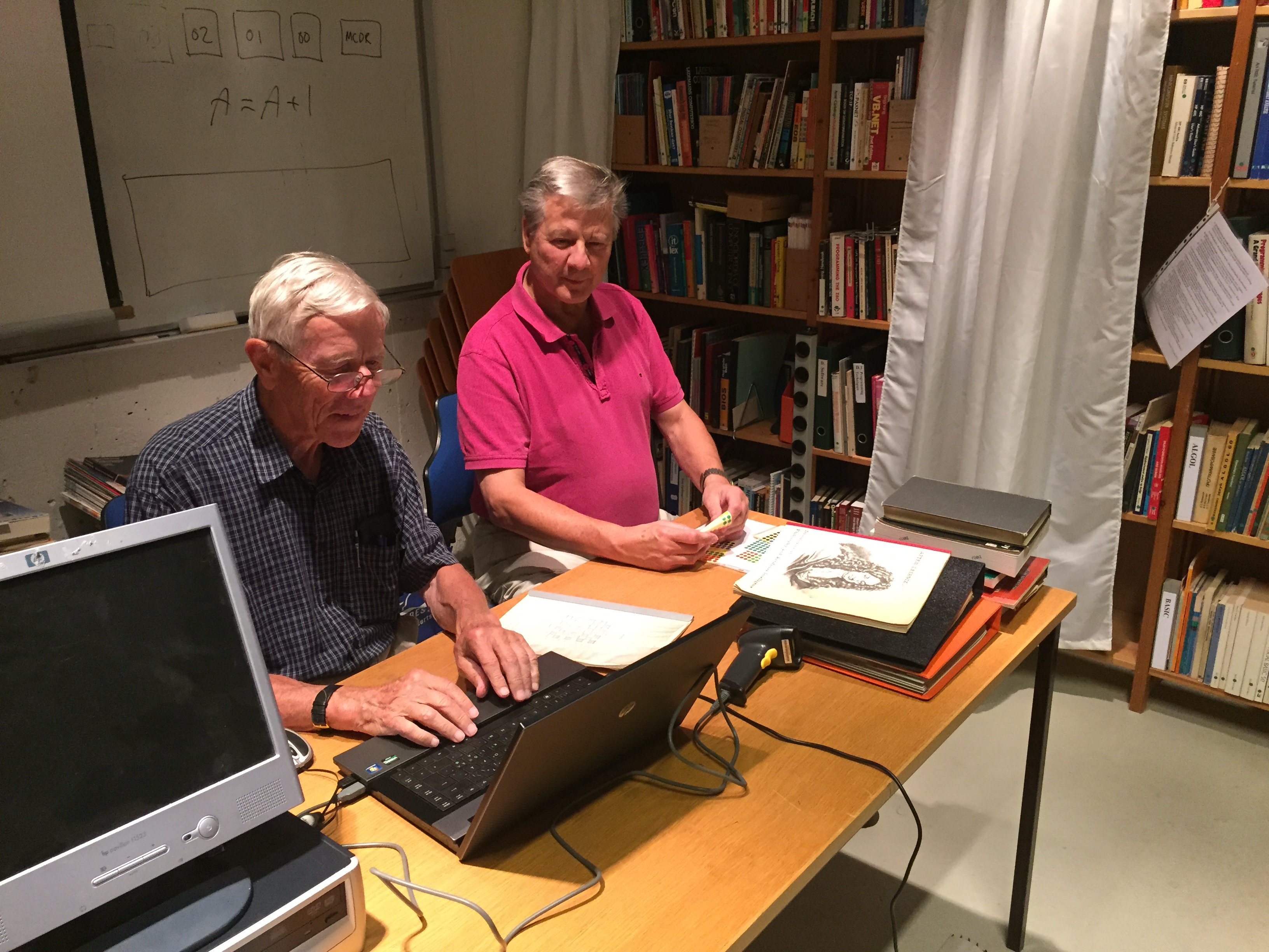 Teamwork ved registrering af bøger.