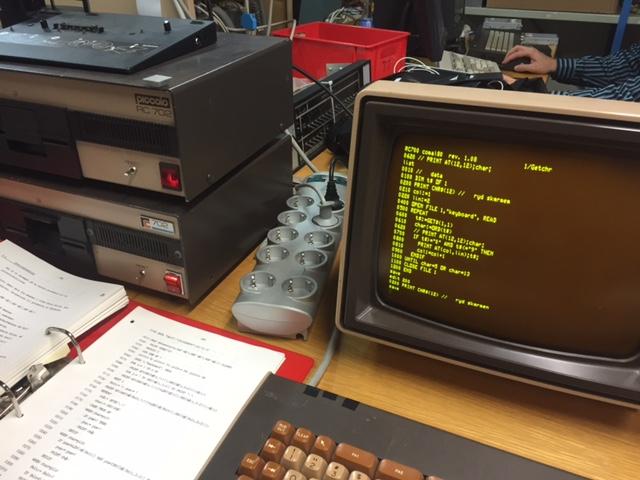 Computer, skærm, kodelistning og et herligt tastatur. Hvad mere kan man ønske sig?