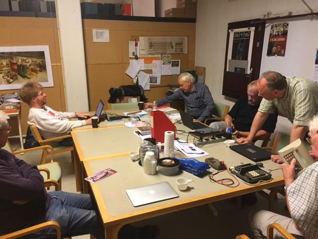 Poul-Henning Kamp, formand Finn Verner Nielsen, Mogens Kjær, Ole Nørgaard og Bent Scharøe-Petersen, som er igang med reparation af en Contex 230.