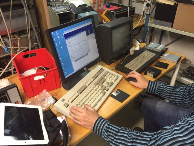 """Data reddes fra de ustabile 3"""" diske, som Amstrad anvendte. De overføres til 3.5"""" diske for derefter at blive indlæst på PC."""