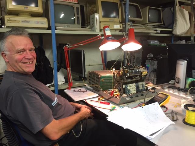 Thorkild Naur ved Olivetti Programma 101 maskinen.
