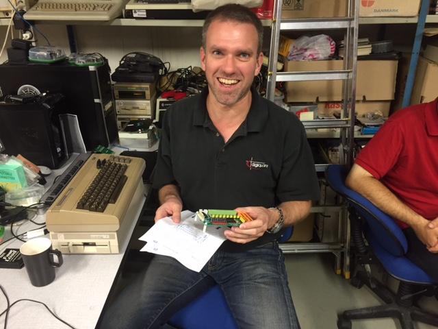 Uffe beundrer en af de opto-couplers, som er blevet bestilt hjem fra eBay til brug mellem logic analyzer og Olivetti Programma.